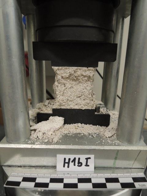 Prüfwürfel in Prüfmaschine