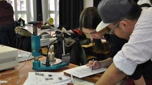 Studierende bei der Durchführung des Fallkegelversuches