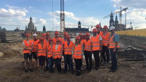 Gruppenbild auf der Baustelle der Augustusbrücke