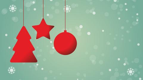 Weihnachtsschmuck vor grünem Hintergrund mit Schneeflocken