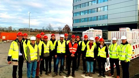 Gruppenbild Alumni-Exkursion Baustelle Bosch Halbleiterwerk