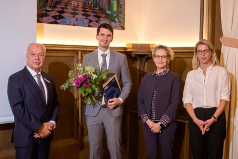 Bild der Urkundenübergabe an Herrn Dr. Jan Kortmann mit Vertretern des Industrieclubs Sachsen und der Rektorin der TU Dresden