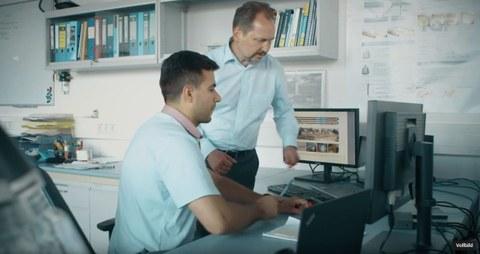 Beitragsbild: Prof. Viktor Mechtcherine und Dr.-Ing. Egor Secrieru, Bild: IGF Screenshot aus Film zum Projekt