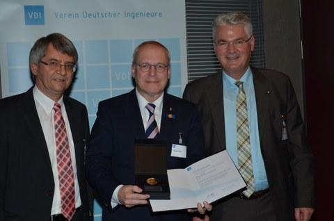 Prof. Manfred Curbach (Mitte) wurde im Beisein von Laudator Dr.-Ing. Franz-Hermann Schlüter und Prof. Wilfried Clauß, Vorsitzender der VDI-GBG, die neue Medaille verliehen.