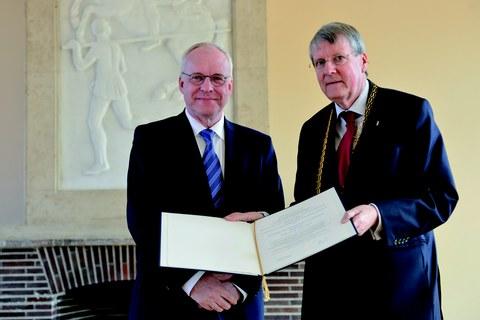 Prof. Manfred Curbach erhält seine Mitgliedsurkunde aus den Händen des Präsidenten  der Nationalen Akademie der Wissenschaften Leopoldina, Professor Jörg Hacker (r.)