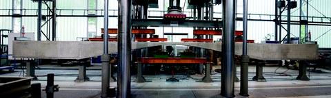 Gevouteter Balken in der 10-MN-Prüfmaschine