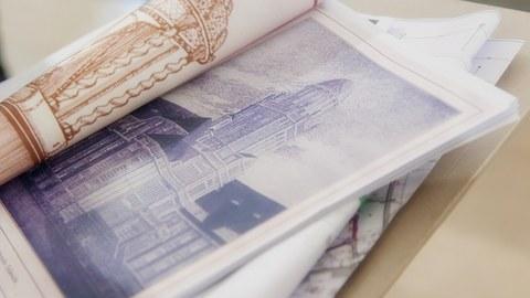 Foto zeigt eine Broschüre mit historischen Ansichten des Beyer-Baus