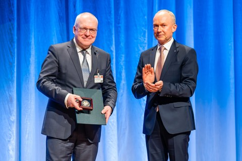 Photo shows Prof. Dr.-Ing. Dr.-Ing. E.h. Manfred Curbach receiving the Emil Mörsch commemorative coin in March 2019
