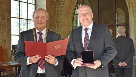 Photo shows the presentation of the Gauss Medal to Prof. Manfred Curbach by Prof. Dr. Richter (President of the Brunswick Scientific Society)