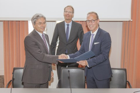 Photo shows TUD Rector Prof. Hans Müller-Steinhagen with the members of the Management Board of DB Netz AG Dr. Volker Hentschel (Wed) and Jens Bergmann signing the contract