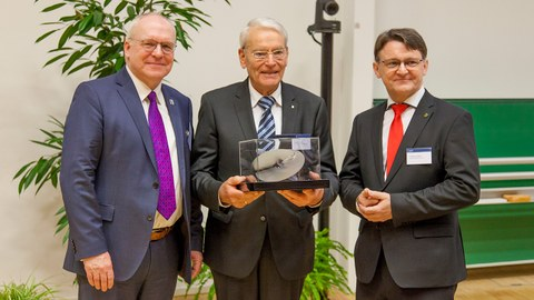 Photo shows the presentation of the Wackerbarth Medal 2018 to Prof. Dr.-Ing. Jürgen Stritzke by Prof. Dr.-Ing. Manfred Curbach and Prof. Dr.-Ing. Hubertus Milke