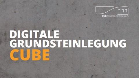 Bild einer Betonwand mit Schriftzug DIGITALE GRUNDSTENLEGUNG CUBE und Logo des Carbonbetonhauses