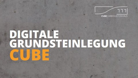 Picture of a concrete wall with lettering DIGITALE GRUNDSTELAGUNG CUBE and logo of the carbon reinforced concrete house