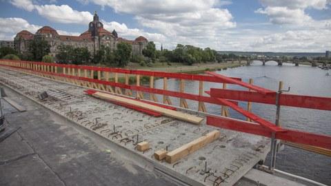 Foto zeigt die Bauarbeiten im Zuge der Verbreiterung und Erneuerung der Carolabrücke