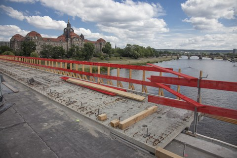 Photo shows the construction work during the widening and renewal of the Carola Bridge