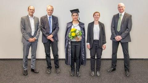 Foto zeigt Alaleh Shehni mit der Prüfungskommission