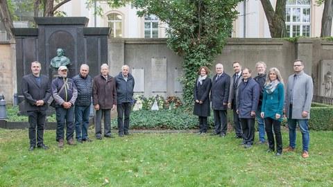 Foto zeigt die anwesenden Gäste bei der Gedenkfeier zum 150. Todestag von Johann Andreas Schubert