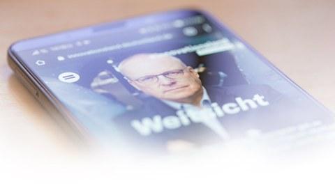 Foto zeigt ein Smartphone mit der Webseite der Kampagne Innovationsland Deutschland und dem Kampagnen-Logo