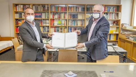 Foto zeigt die Vertragsunterzeichnung mit Herrn Prof. Curbach und HerrnThomas Alscher