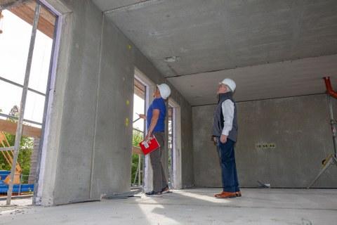 Letzte Überprüfung bevor es zur erfolgreichen Teilabnahme der BOX kam: Michael Molitor und Manfred Curbach (von links nach rechts).