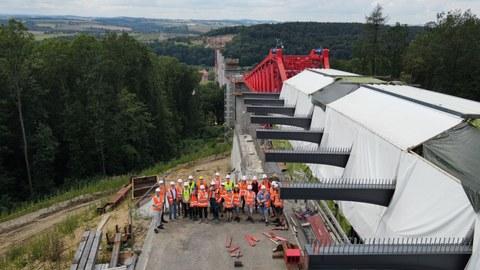 Foto zeigt eine Gruppe von Studierenden auf der Baustelle der Gottleubatalbrücke bei Pirna
