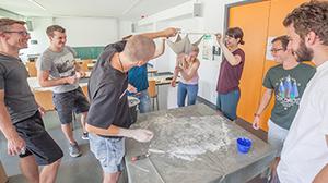 Studenten bei der praktischen Übung mit Hängemodellen