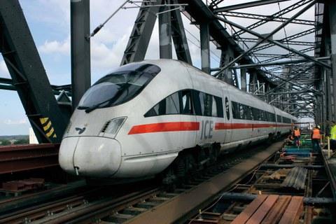Zugüberfahrten tragen erhebliche Schwingungen in die Brücke ein.