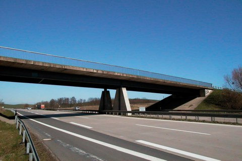Stahlverbundbrücke mit Betonfertigteilen