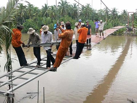 Händischer Aufbau einer Hängebrücke in Vietnam