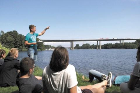 Studentischer Vortrag an der Rader Hochbrücke