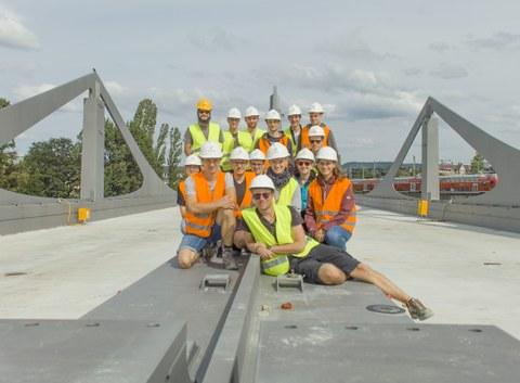 Gruppenfoto auf der Neckarbrücke in Stuttgart