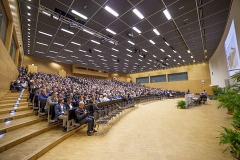 Zur Vortragsveranstaltung waren 1344 Anmeldungen eingegangen, die den Hörsaal 1, das Audimax, fast an die Kapazitätsgrenze brachten.