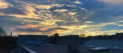 Sonnenaufgang über dem Straßenbau