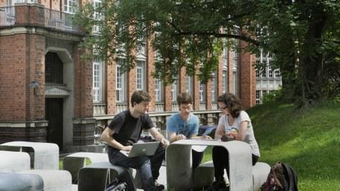 Studierende hinter dem Beyer-Bau