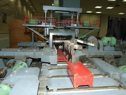 Modell zur Veranschaulichung des Herstellungsprozesses - horizontales Walzenpaar mit Träger