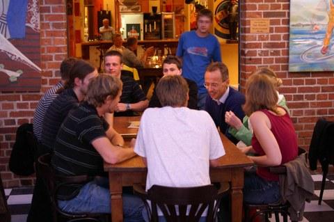 Exkursionsteilnehmer beim Abendessen im Restaurant Fisherman's in Stralsund