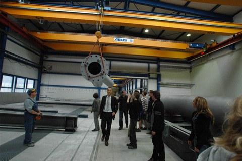Exkursionsteilnehmer in den Werkshallen von Züblin Stahlbau