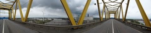 Kattwykbrücke in oberster Hubstellung