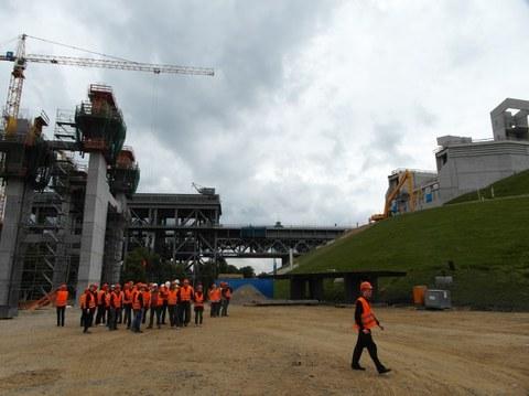 Exkursionsgruppe auf der Baustelle des Schiffshebewerkes Niederfinow