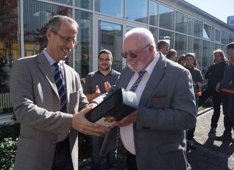 Professor Stroetmann bedankt sich bei Herrn Isselmann von Donges SteelTec