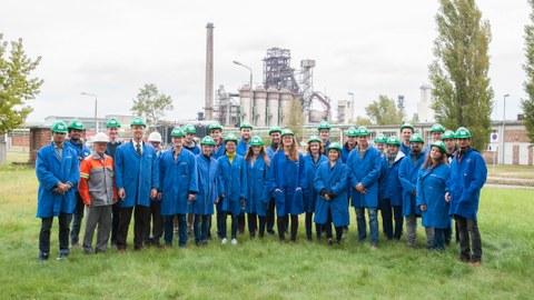 Exkursionsgruppe des Instituts für Stahl- und Holzbau der TU Dresden vor der Hochofenanlage der ArcelorMittal Eisenhüttenstadt GmbH