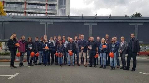 Abbildung 1: Exkursionsgruppe und Vertreter von Plauen Stahl Technologie