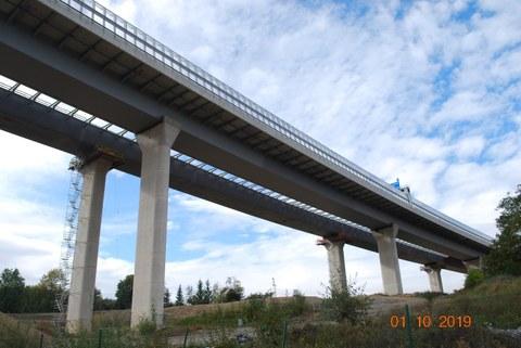 Abbildung 2: Fertiger und befahrener (vorn) und fertigzustellender Überbau (hinten) der Talbrücke Heidingsfeld