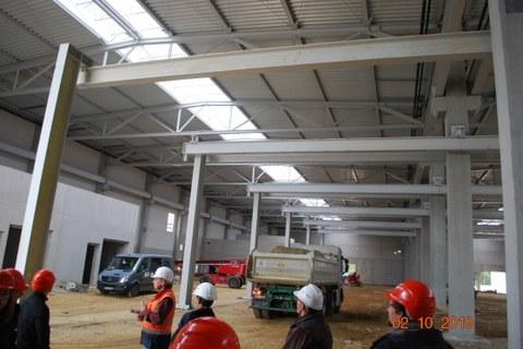 Abbildung 5: Exkursionsgruppe in der neu errichteten Fertigungshalle von Flottweg SE