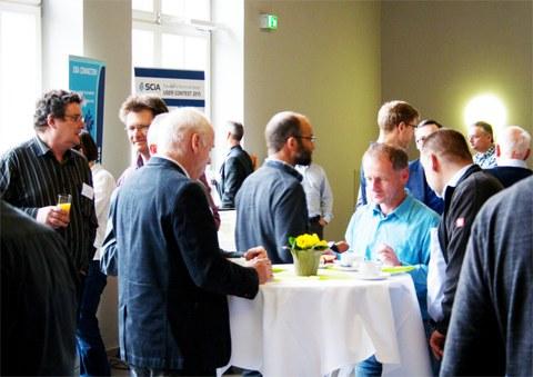 Gesprächsrunden der Teilnehmer und    Aussteller in den Pausen