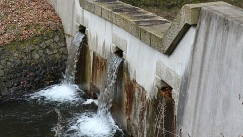 Geschiebefalle in Tschechien, zwei öffnungen, durch die das Wasser austritt
