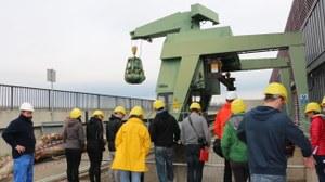 Studenten an der Wasserkraftanlage Straubing