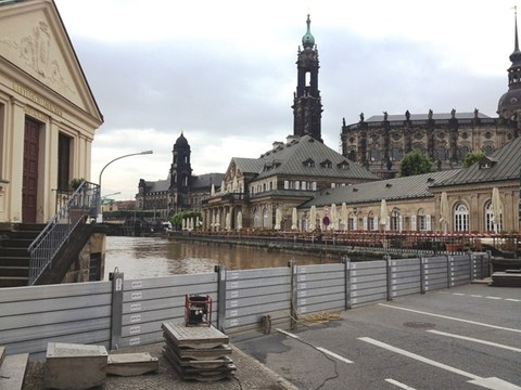 Example of mobile flood protection elements in Dresden (photo)