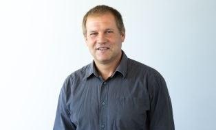 Portraitfoto Torsten Heyer im grauen Hemd