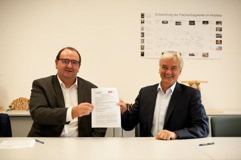 Vertragsunterzeichnung zur weiteren Zusammenarbeit